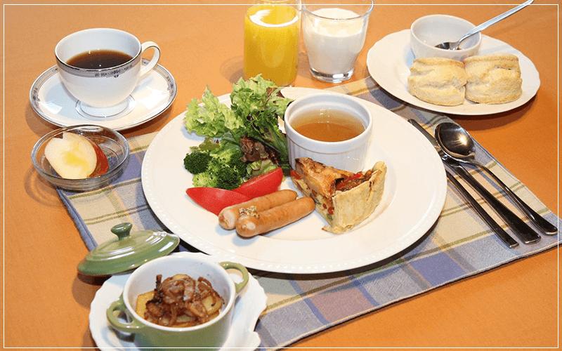 山梨県八ヶ岳のログハウスアルマガーデンドッグス朝食